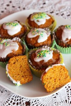 Babeczki z marchewką podobnie jak ciasto marchewkowe są puszyste i wilgotne.
