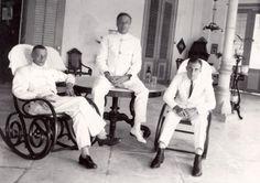 Nederlandsch-Indië, Batavia, Java: Drie mannen in wit tropenpak op de veranda van hotel der Nederlanden te Weltevreden, in koloniale stijl. September 1919