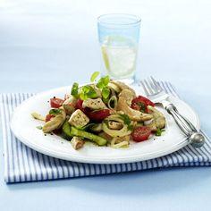 Leichter Gyros-Salat  Zutaten für 4 Portionen:  400 g Hähnchenfilet Salz Pfeffer Gyros-Gewürz 2 - 3 Zwiebeln 4 EL Rapsöl 300 g Kirschtomaten 400 g Salatgurke 3 EL heller Balsamico-Essig Zucker 4 - 5 Stiele Oregano 4 Mehrkorn-Brötchen  (à ca. 75 g)