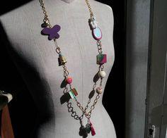 Collana con resine multicolor, orsetto e nappe.