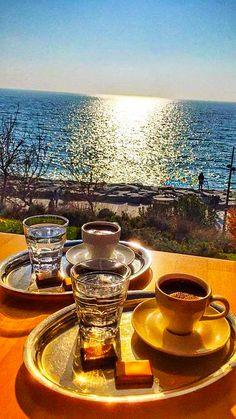 43 Best Winter Destinations to Enjoy Christmas Holiday Coffee Is Life, I Love Coffee, My Coffee, Coffee Cafe, Coffee Drinks, Coffee Shop, Good Morning Coffee, Coffee Break, Momento Cafe