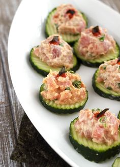 Spicy Tuna Bites - All the taste of sushi in a SUPER easy, gluten free and low carb bite! | Foodfaithfitness.com | @FoodFaithFit Tuna Recipes, Appetizer Recipes, Low Carb Recipes, Gluten Free Recipes, Appetizers, Seafood Recipes, Snack Recipes, Diet Recipes, Cooking Recipes
