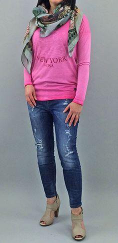 Pink meets Jeans - Das pinke Shirt von LIEBLINGSSTÜCK macht Lust auf Frühling. Die frische Farbe kommt besonders zur Geltung im Kontrast mit der dunkelblauen destroyed Jeans von DRYKORN. Der bunt bedruckte Schal vonn LIEBLINGSSTÜCK und die Pumps von HILFIGER DENIM machen das lässige Outfit komplett.