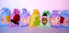 Sacolinha surpresa tema Jardim encantado com borboletas, abelhas, joaninhas, sapinhos e caracol.. Tamanho = 15x20 cm de altura O valor se refere a uma sacolinha. As cores e estampas poderão ser mudadas não havendo disponibilidade do tecido FOTO ILUSTRATIVA - As cores podem variar de ...