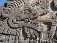 quetzalcoatl (Dragon serpiente de los aztecas) - Quetzalcóatl, el Dragón del Cielo, era así considerado como una representación de la naturaleza en sentido amplio, del cambio y del movimiento del Universo. El pájaro quetzal, por el color verde esmeralda de su plumaje, su pico ganchudo y su cresta peculiar es, unido a la serpiente cascabel, el modelo preferido de la figura de Quetzalcóatl, que representa el sonido del trueno, cuyas plumas son la lluvia y el llanto del pueblo azteca, y sus gar