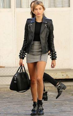 hailey baldwin saia jaqueta couro bota
