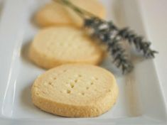 the Best Gluten-Free Shortbread Historians date shortbread to medieval times. The first printed version appeared in Made with flour and butter, expensive ingredients, it was often reserved for Yuletide. To this day, Walkers sells more shortbread dur Gluten Free Sweets, Gluten Free Cakes, Gluten Free Cooking, Gluten Free Recipes, Gluten Free Shortbread Cookies, Shortbread Recipes, Cookie Recipes, Sugar Cookies, Chip Cookies
