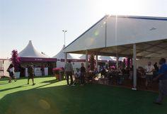 Eine Mischung aus verschiedenen Zelttypen macht hier die gesamte Veranstaltungslocation aus.