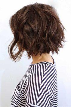 kinnlang geschnittener Bob, vorne lang, hinten kurz, kastanienbraune Haare