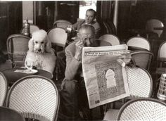 'Cafe De Flore, Saint Germain des Pres, Paris, 1953 photographed by 'EDOUARD BOUBAT' Poodles have hair not fur but I had to put this deep thinking Standard in with the other darlings. Robert Doisneau, Black And White Dog, White Dogs, Vintage Dog, Vintage Paris, French Vintage, Vintage Photographs, Vintage Photos, People Reading