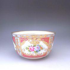 オールドノリタケの金盛りとピンクローズのシュガーボウルです。品を保ちながらも華やかさを出している作品です。同モティーフのカップ&ソーサーや他のアイテムもございますので、ご覧くださいませ。       ⇩ http://eikokuantiques.com/?pid=89861971   #イギリス #英国 #英国アンティークス #アンティーク #カップ #ノリタケ #オールドノリタケ