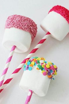Marshmallow Pops are the easiest snack to make ever! All you need is marshmallow.- Marshmallow Pops are the easiest snack to make ever! All you need is marshmallow… ArtsyCraftsyMom Marshmallow Pops, Easy To Make Snacks, Simple Snacks, Snacks Für Party, Party Sweets, Unicorn Birthday Parties, Cake Birthday, 1st Birthday Party Favors, Colorful Birthday Party