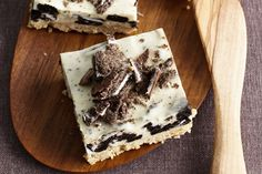 A simple no-bake dessert that combine creamy cheese cake and the family-favourite flavours of cookies and cream. Cookies And Cream Cheesecake, No Bake Oreo Cheesecake, No Bake Treats, No Bake Desserts, Dessert Recipes, Cake Recipes, Cream Cheese Recipes, Cake With Cream Cheese, Christmas Cooking