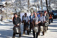 Die Schweizer Fans unterwegs ins Zielgelände - #Hahnenkammrennen #Streif #SuperG