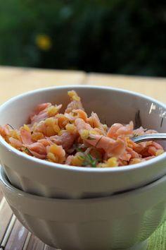 Insalata di lenticchie, salmone affumicato e cipollotti