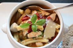 Kyllingsuppe med pasta, vårløk og soltørket tomat