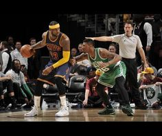 LeBron James - Cleveland Cavaliers vs Boston Celtics  LeBron James din echipa Cleveland Cavaliers joacă împotriva echipei Boston Celtics pe 3 martie, 2015, la Quicken Loans Arena în Cleveland.  Sursa: David Liam Kyle/NBAE/Getty Images via NBA