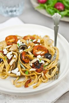 Tailgate (?) pasta and roasted tomatoes - scroll down for English - looks like a lot of work - modify to use canned tomatoes?
