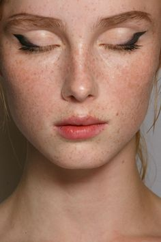 Prada SS15: an edgy winged dark-brown eyeliner on a minimal makeup face (some coloured lipbalm and cream blush)