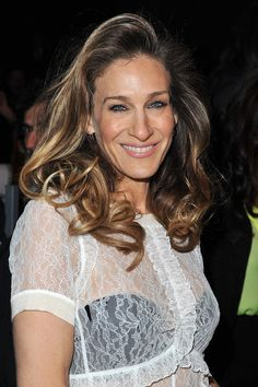 Sarah Jessica Parker Photos Photos - Sarah Jessica Parker attends the Louis Vuitton Ready-To-Wear Fall/Winter 2012 show as part of Paris Fashion Week on March 7, 2012 in Paris, France. - Louis Vuitton: Front Row - Paris Fashion Week