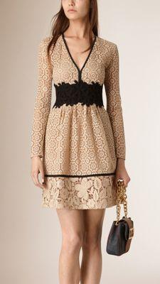 Kleid im Empire-Stil aus einem Spitzen-Patchwork