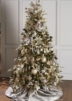 Xmas Tree Decor With Cookies and Candy Grey Christmas Tree, Elegant Christmas Trees, Silver Christmas Decorations, Traditional Christmas Tree, Christmas Tree Design, Christmas Tree Themes, Noel Christmas, Christmas Crafts, Champagne Christmas Tree