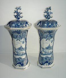 De Porceleijne Lampetkan - Delft - twee fraaie vazen met deksels