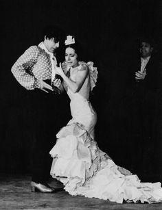 Antonio El Bailarin y Flora Albaicín bailando martinete acompañados por el cante de Antonio Mairena. Buscar con Google