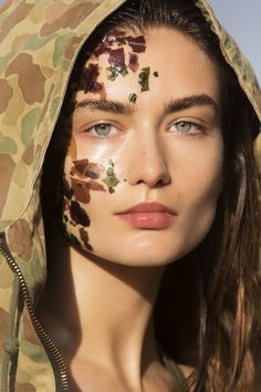 Cosmeto Superfood Publication: Vogue Paris May 2016 Model: Andreea Diaconu Photographer: Hans Feurer Fashion Editor: Claire Dhelens Hair: Laurent Philippon Make Up: Lloyd Simmonds Kelly S, Gene Kelly, Cindy Crawford, Fashion Week, Fashion Art, Pumpkin Enzyme Mask, Style Anglais, Military Chic, Magazine Mode