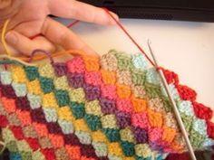 Diagonal Crochet Blanket. Crochet Pattern. Blog: Flo http://fantaisiesdeflo.canalblog.com/archives/2010/04/25/17686346.html