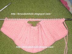 Kolay bebek patiği ve yapımıörgü bebek patiği modeli,knitting booties shoes, knitting baby slippers. crochet baby booties,croche sapatinhos,croche bebe sapatinhos pembe patik modeli. bu patik modelini nette görüyordum elimde şal var şal örüyorum ve sıkıldığım için değişiklik olsun diye çabuk bitecek bir şey örmek istedim. bu patikleri denedim fena olmadı bebe yünüyle daha ince ve güzel …
