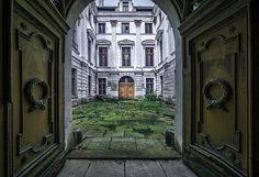 Abandoned Courtyard  #abandoned #courtyard #photography