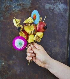 Syö hedelmävartaat sellaisinaan tai pudottele palat tikuista jäätelökulhoihin.