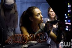 """The 100 -- """"Murphy's Law"""" -- Lindsey Morgan as Raven and Paige Turco as Abby The 100 Tv Series, The 100 Serie, The 100 Show, Bellarke, Lincoln The 100, The 100 Season 1, The 100 Raven, Lindsey Morgan, Apocalypse"""