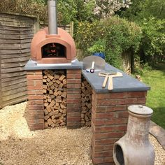 An outdoor kitchen can be an addition to your home and backyard that can completely change your style of living and entertaining. Earlier, barbecues temporarily set up, formed the extent of culinary attempts, but now cooking outdoors has become an. Diy Pizza Oven, Pizza Oven Outdoor, Oven Diy, Pizza Ovens, Brick Oven Outdoor, Garden Pizza, Outdoor Cooking Area, Brick Bbq, Backyard Patio Designs