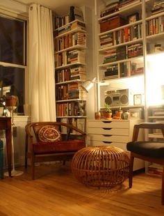 作り付けの本棚と一人掛けソファのあるリビング_[0].jpg