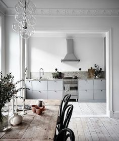 Wer etwas Inspiration in Sachen Wohnen sucht, kann sich die schöne graue Küche. If you are looking for some inspiration in terms of living, you can take a look at the beautiful gray kitchen from Ikea, which Milena has chosen for her new apartment. House Design, Interior Design Kitchen, Interior Design, House Interior, Kitchen Interior, Home Kitchens, Home, Interior, Home Decor