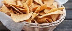 Zelf+nacho`s+maken+is+niet+moeilijk,+je+moet+er+alleen+even+de+tijd+voor+nemen.+Eerst+maak+je+zelf+tortilla`s,+die+snijd+je+op+in+stukken+en+vervolgens+frituur+je+ze+een+ongeveer+halve+minuut.+Erg+leuk+om+te+doen+en+ontzettend+lekker!    Het+recept+is+voor+12+tortilla`s.+Uit+elke+tortilla+kun+je+ongeveer+8+nacho`s+halen.+Dit+recept+is+dus+voor+een+flinke+berg+nacho`s.+Drie+tortilla`s+maken+genoeg+nacho`s+voor+2+personen.