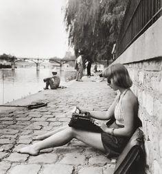 """The laptop of times past - """"Dactylo. Quai du Vert Galant, Paris"""" - by Robert Doisneau Robert Doisneau, Vintage Photographs, Vintage Photos, Robert Frank, Henri Cartier Bresson, French Photographers, Vintage Paris, French Vintage, Vintage Black"""