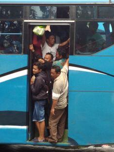 Krisis EmpatiJika kau waras, kau tak akan tega melihat wanita berdiri menggendong bayi diantara tumpukan penumpang bus yang berjubel. Tapi, nyatanya ada. Seorang pemuda sehat, bugar, malah merebut...