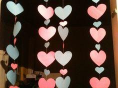 """Lembram do casamento da Ju que publiquei semana passada AQUI?Ela usou os móbiles de corações de papel que deram um efeito incrível nas fotos da cerimônia! Então para as noivinhas que gostaram da ideia, hoje vou ensinar como fazer um móbile de coração. Vocês devem estar pensando… """"Mas precisa ensinar?! Não é só cortar os …"""