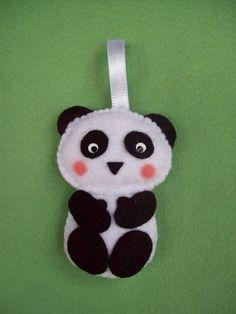Urso Panda confeccionado em feltro com enchimento siliconado antialérgico, que pode ser usado como lembrancinhas de maternidade ou aniversário, apliques decorativos em cortinas e porta de maternidade, móbiles, prendedores de cortina, imãs, chaveiros, sachês, ponteira de lápis e o que mais você quiser.  Embalado em tule ou saquinho celofane com laço de cetim e cartãozinho personalizado. Pode ser feito em tamanho maior para enfeite de quarto. O valor de R$ 4,30 é para cada bichinho.  Fique à vo...