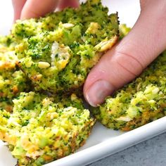 These broccoli cheese bites are one of the most yummy healthy snacks ever! Simply combine broccoli, cheese, and a few other ingredients for a great side dish! Appetizers For A Crowd, Quick And Easy Appetizers, Yummy Appetizers, Party Appetizers, Broccoli Cheese Casserole Easy, Broccoli Cheese Bites, Yummy Healthy Snacks, Healthy Eating, Healthy Recipes