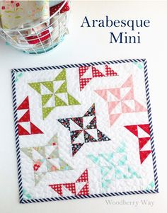 Arabesque mini wall hanging small quilt free quilting sewing tutorial and pattern Small Quilt Projects, Quilting Projects, Quilting Designs, Quilting 101, Modern Quilting, Hand Quilting, Machine Quilting, Quilting Ideas, Star Quilts