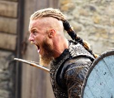 Discover a selection of Viking necklaces and pendants For men and women, reproductions inspired by Nordic mythology and Viking people. Ragnar Lothbrok Vikings, Vikings Ragnar Death, Ragnar Lothbrok Haircut, Rollo Lothbrok, Vikings Show, Vikings Tv Series, Bracelet Viking, Viking Jewelry, Viking Life