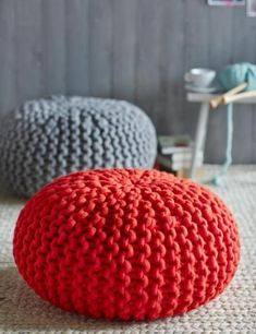 Knit a pouf your self? The knitting set with equipment is on the market at Maschenbox from about 130 euros through dawanda.deFertiger pouf to purchase: Every . Crochet Cushion Cover, Crochet Cushions, Knitting Yarn, Knitting Patterns, Crochet Patterns, Diy Puffs, Knitted Pouf, Floor Pouf, Diy Home Crafts