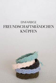 DIY eBook - tie a solid colored friendship bracelet - this monochrome bracelet . - DIY eBook – tie single-color friendship bracelets – these monochrome bracelets are actually jus - Diy Presents, Diy Gifts, Diy Macrame Wall Hanging, Diy Accessoires, Diy Jewelry Inspiration, Style Inspiration, Diy Ribbon, Diy Crafts For Kids, Easy Crafts