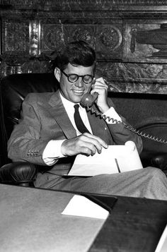 14 Photos Of President John F Kennedy In His Senate Office American Presidents, Us Presidents, American History, Les Kennedy, John Kennedy Jr, Caroline Kennedy, Young Jfk, Familia Kennedy, Jaqueline Kennedy