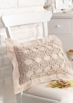 """Free pattern for """"Golden Flowers Romantic Cushion Cover""""! Crochet Pillows, Crochet Cushion Cover, Crochet Pillow Pattern, Diy Pillows, Cushion Covers, Crochet Christmas Decorations, Teen Bedroom Designs, Vintage Cushions, Crochet Home Decor"""