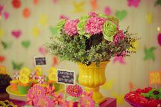 vaso de flores amarelo com rosas e cravos. Doces e cupcakes personalizandos para festa infantil de meninas tema jardim